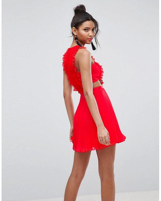 a92ff3230cb Robe chasuble plisse en dentelle coupe courte ASOS en coloris Rouge ...