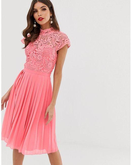 Robe mi-longue en dentelle à jupe plissée - Corail Chi Chi London en coloris Pink