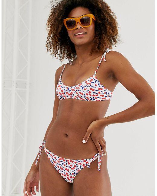 Slip bikini con stampa di ciliegie e laccetti laterali di Monki in Brown