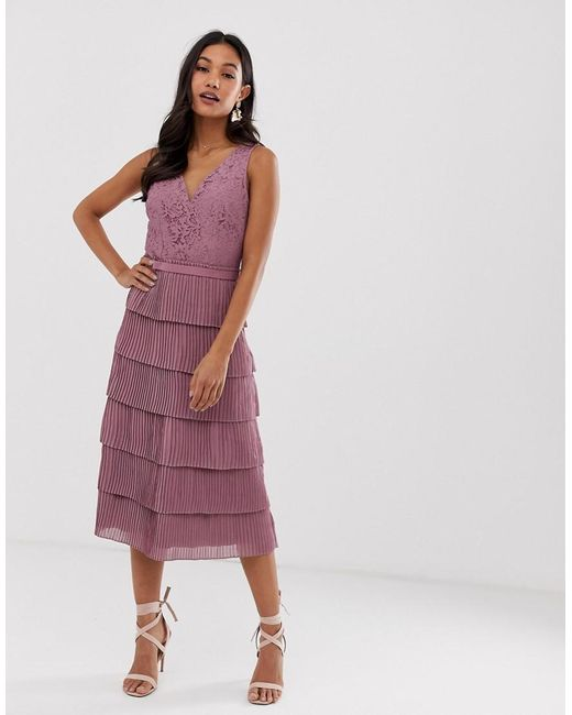 Robe mi-longue col V entièrement en dentelle Little Mistress en coloris Pink