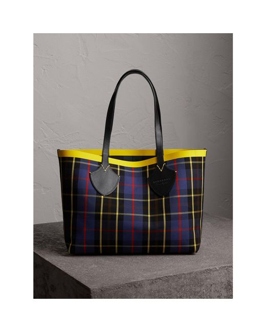 The Giant Reversible Tote Bag in Vibrant Red and Black Tartan Bonded Burberry 3ZjyoSTCK