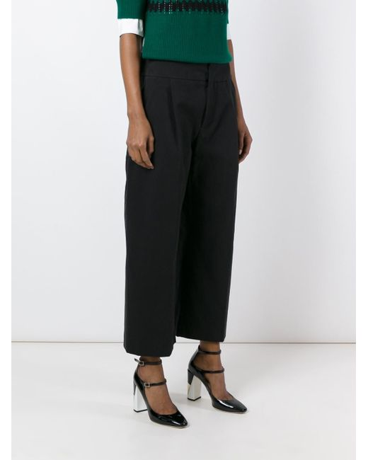 Consider wide-leg cropped pants and culottes to showcase your stylish shoes, or culottes for a vintage-inspired ensemble. Wide-leg palazzo pants are particularly trendy, but the wide-leg silhouette has been a staple of women's fashion for over a century.