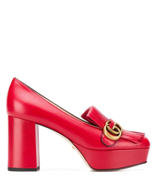 Zapatos de tacón con monograma y flecos Gucci de color Red
