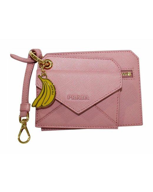 Prada Tweedehands Saffiano Lux Banana Charm Sleutelhanger En Kaarthouder in het Pink