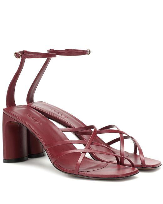 Sandales Barbosella en cuir Neous en coloris Red