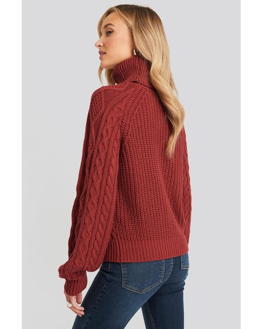 NA-KD High Neck Cable Knitted Sweater in het Red