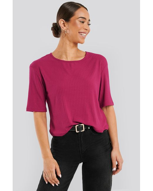 NA-KD Round Neck Ribbed Tee in het Pink