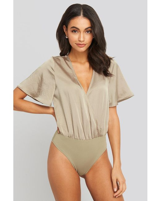 NA-KD Wrap Over Short Sleeve Body in het Natural