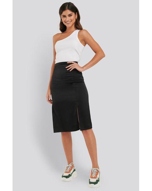 NA-KD Front Slit Satin Skirt in het Black