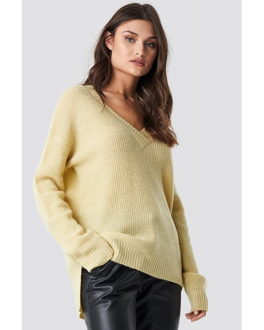 NA-KD Deep V Neck Wool Blend Sweater in het Yellow