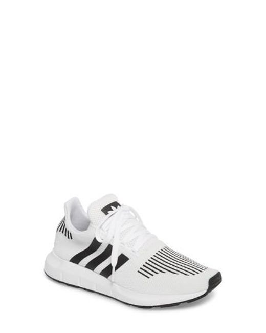 lyst adidas swift run scarpe da ginnastica in bianco per gli uomini.