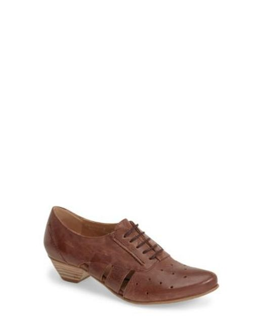Fidji | Brown 'vo92' Perforated Leather Pump | Lyst