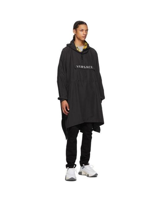 メンズ Versace ブラック プルオーバー レイン コート Black