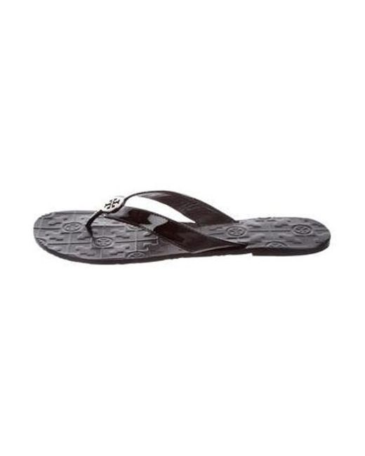 b24d34c21766 Tory Burch - Metallic Patent Leather Thong Sandals Black - Lyst ...