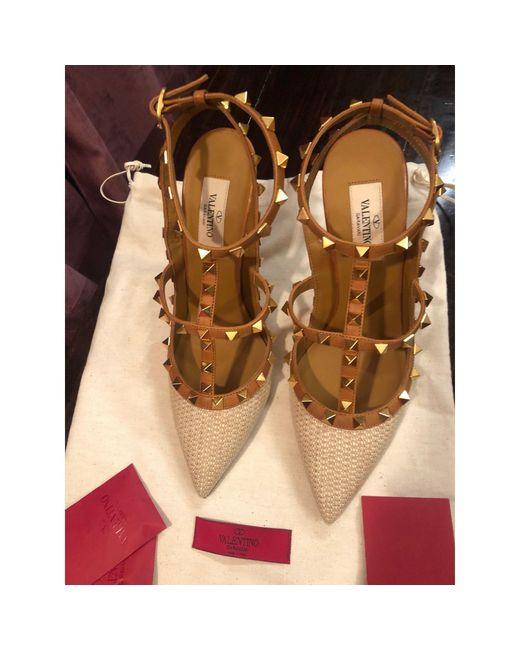 Escarpins cuir Rockstud beige Valentino en coloris Natural