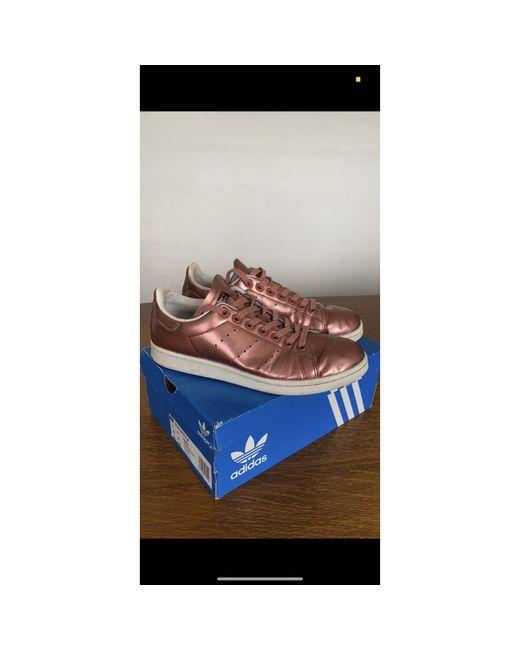 Baskets simili cuir verni rose Adidas en coloris Pink