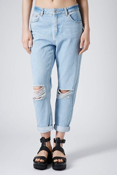 topshop moto blue ripped mom jeans in blue baby blue lyst. Black Bedroom Furniture Sets. Home Design Ideas