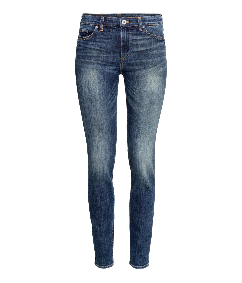The H&M Skinny jean is the most modern cut available when it comes to H&M jeans men. This form-fitting jean is the denim of choice for the millennial generation. It looks great paired with tees, sweaters and even button downs. The Skinny is available in a variety of colors, too.