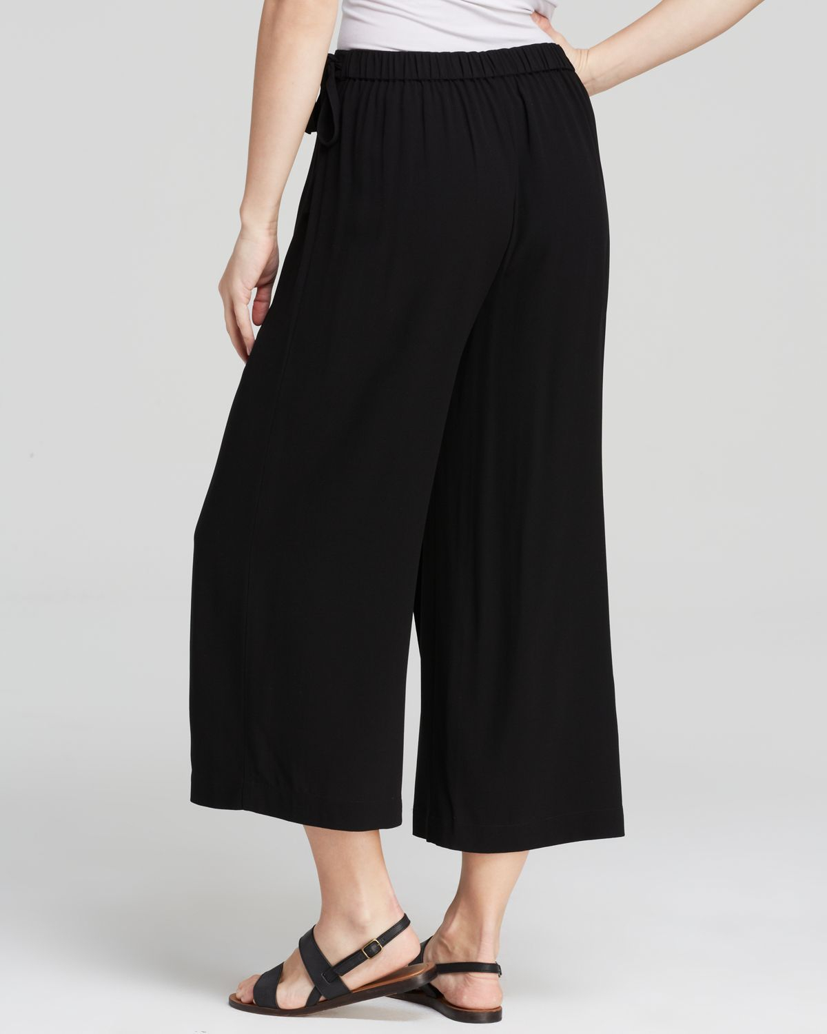 Discover Urban Outfitters' selection of women's trousers. Browse through the selection of pencil and skater skirts, wide-leg trousers and Palazzo pants.
