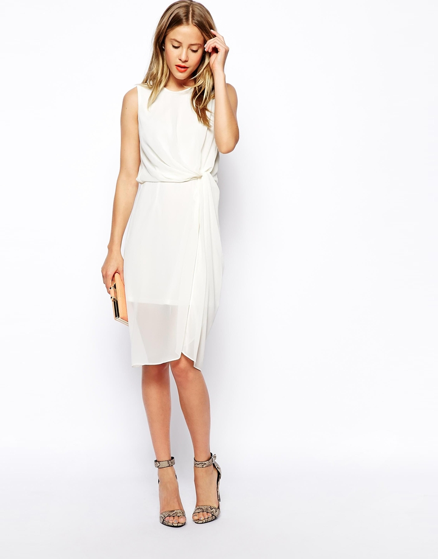 Bet on ASOS dresses to give your closet a new-season spin. The brand is the best when it comes to nailing current trends and its collection of dresses is no exception. There's breezy smocks and skater dresses that are perfect for summer days, embellished shifts and silk gowns for evening, as well as bridal styles so you can upstage your best friend at her wedding.