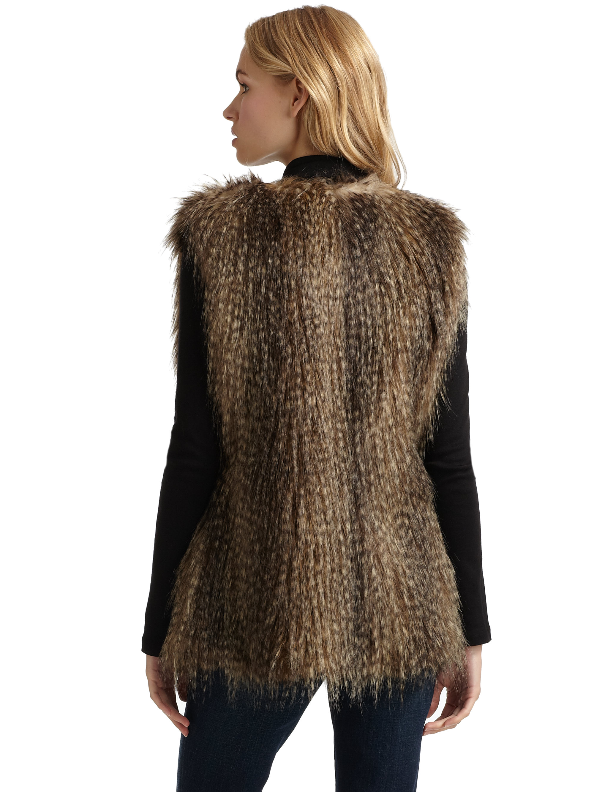 Mid-Length Brown Faux Fur Vest, si no tuviera boobis me lo compraba jajaja. Find this Pin and more on Chilly Outside by Kaitlyn Collins. Fall Look. Faux Fur Vest with Flannel. I really like the look of (faux) fur vests with red-based flannels and jeans!