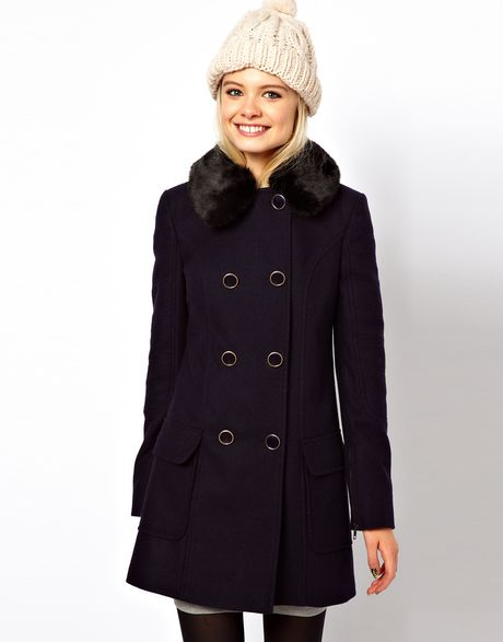 Oversize blue coat with removable fake fur collar. Lined coat with contrasting pipping. Made in our European workshops. Winter collection
