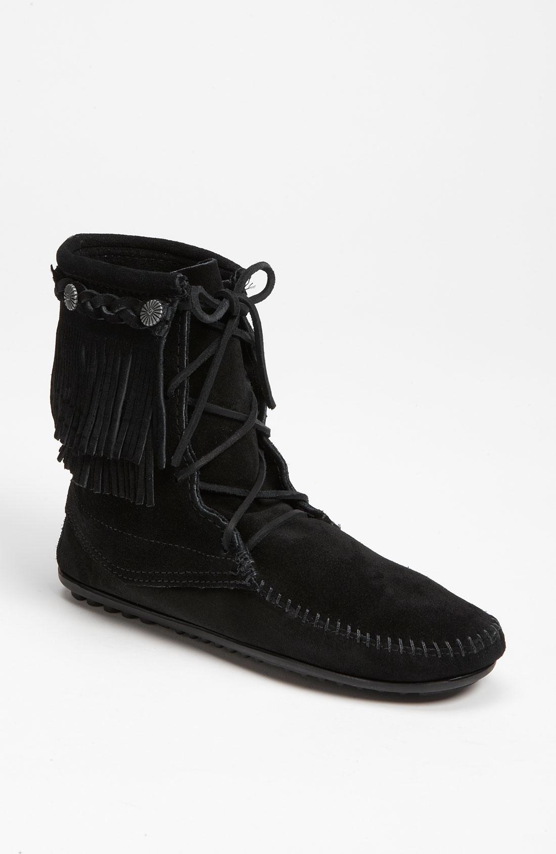 minnetonka fringe trer boot in black black