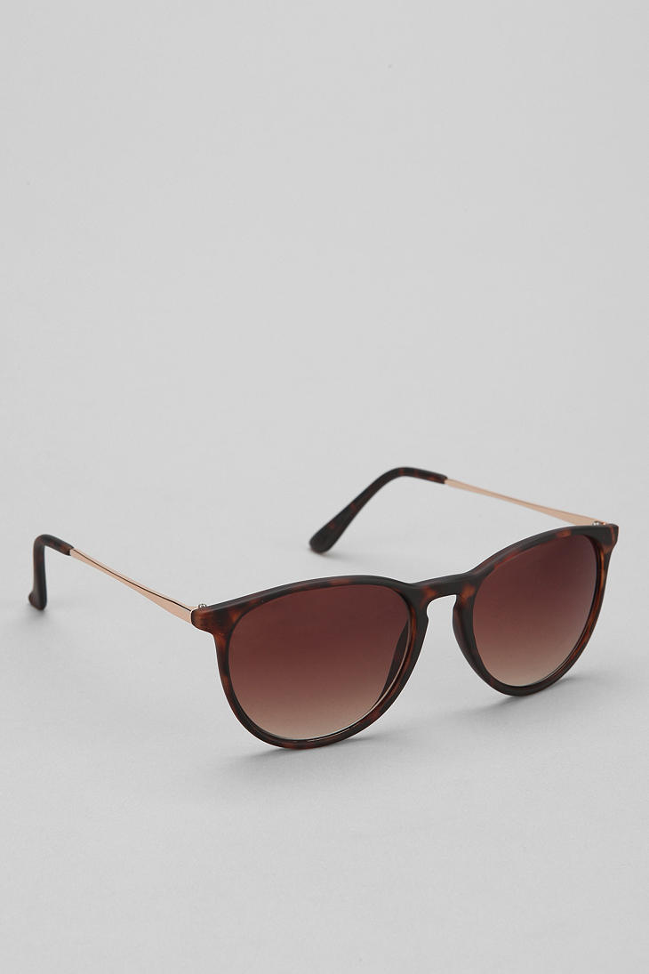 Find the perfect pair of men's sunglasses at Urban Outfitters. We carry a variety of sunglasses and readers from brands like Ray-Ban. Sign up for UO Rewards and get 10% off your next purchase.
