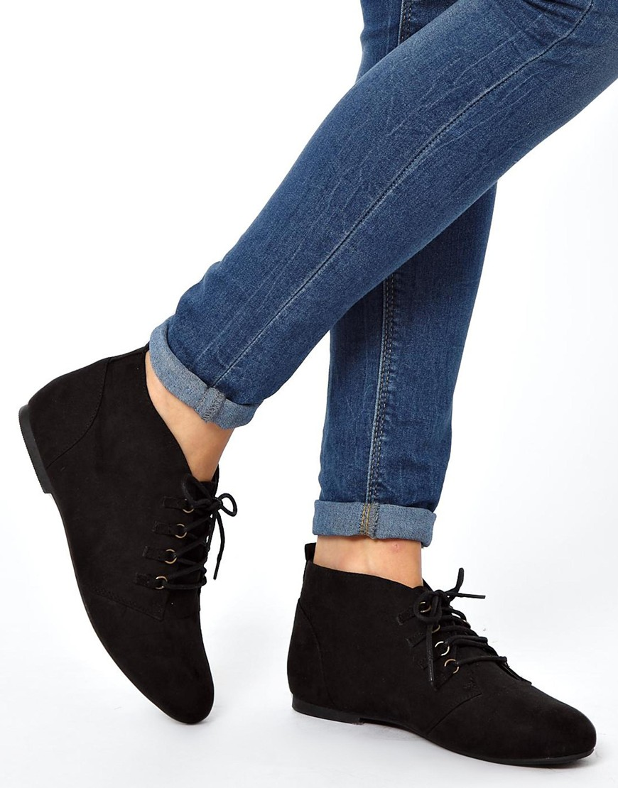 For example, everyone knows black leather flat ankle boots look good - but a pair of our gray flat ankle boots will still match almost any outfit, and help you give your look a little kick! Lace up flat ankle boots will add a little extra spice to your shoe style.