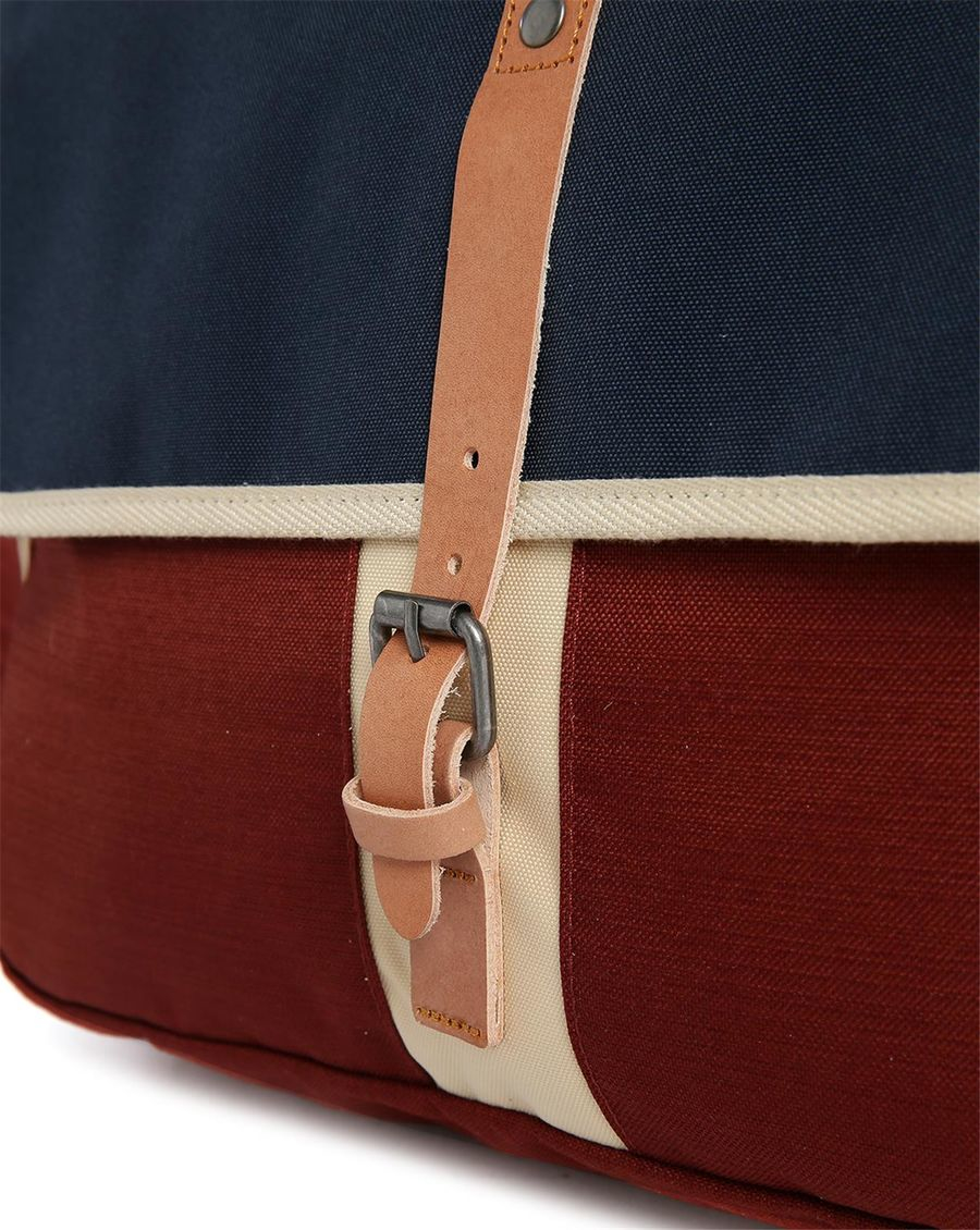 eastpak sac bandouli re pr bicolore bleu marine et rouge. Black Bedroom Furniture Sets. Home Design Ideas