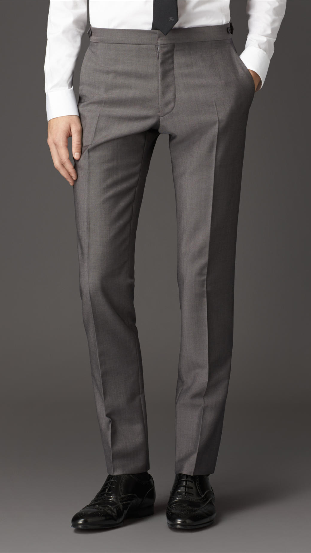 Crafted from a wool-rich fabric with added stretch for a comfortable wear, the Pryce trousers in taupe are also cut to a slim fit for a smart silhouette. Pair it with the .
