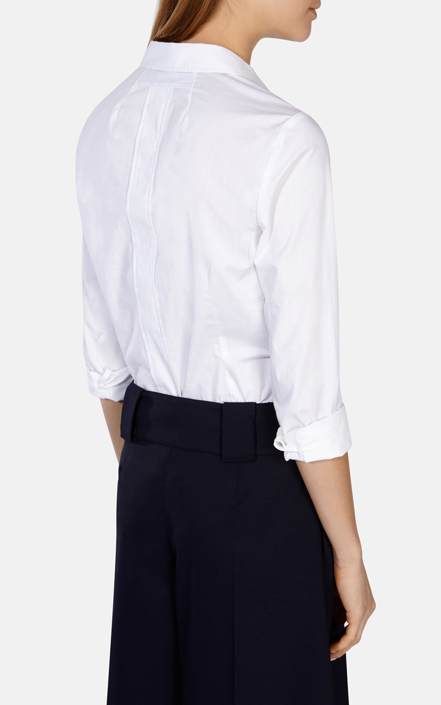 The tailored button-up shirt is available in white, blue and striped variations. It's your turn to look great every day with this collection of tops that stand out. There are slim fits which create a streamlined look or classic shapes for a tailored feel.