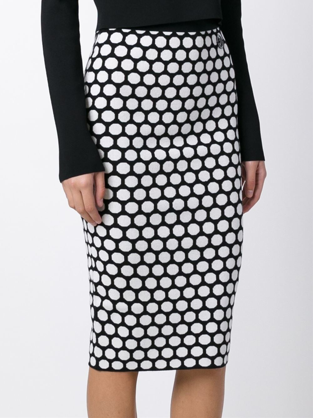 About the polka dot pencil skirt. The skirt is a super cheap skirt from Zara, it was only €9,99! It's a rather thick fabric which is actually fine because the skirt remains in good shape. Often with cheap skirts they don't look good anymore when you have worn them a few times. A simple black sweater on it .