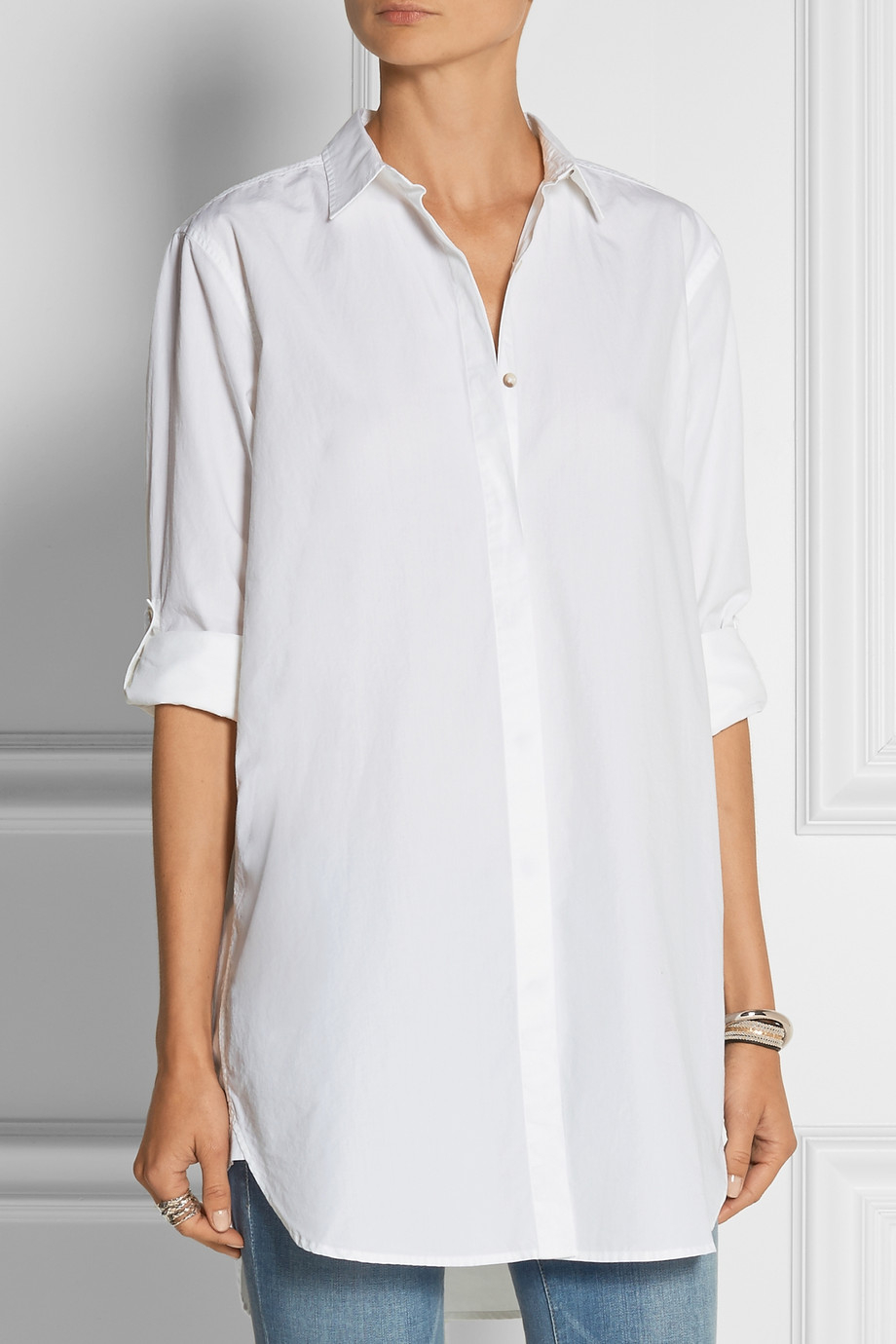 Oversized shirt in a cotton weave with a wide collar, classic front and chest pocket. Yoke at the back, long sleeves with buttoned cuffs, and a rounded hem.