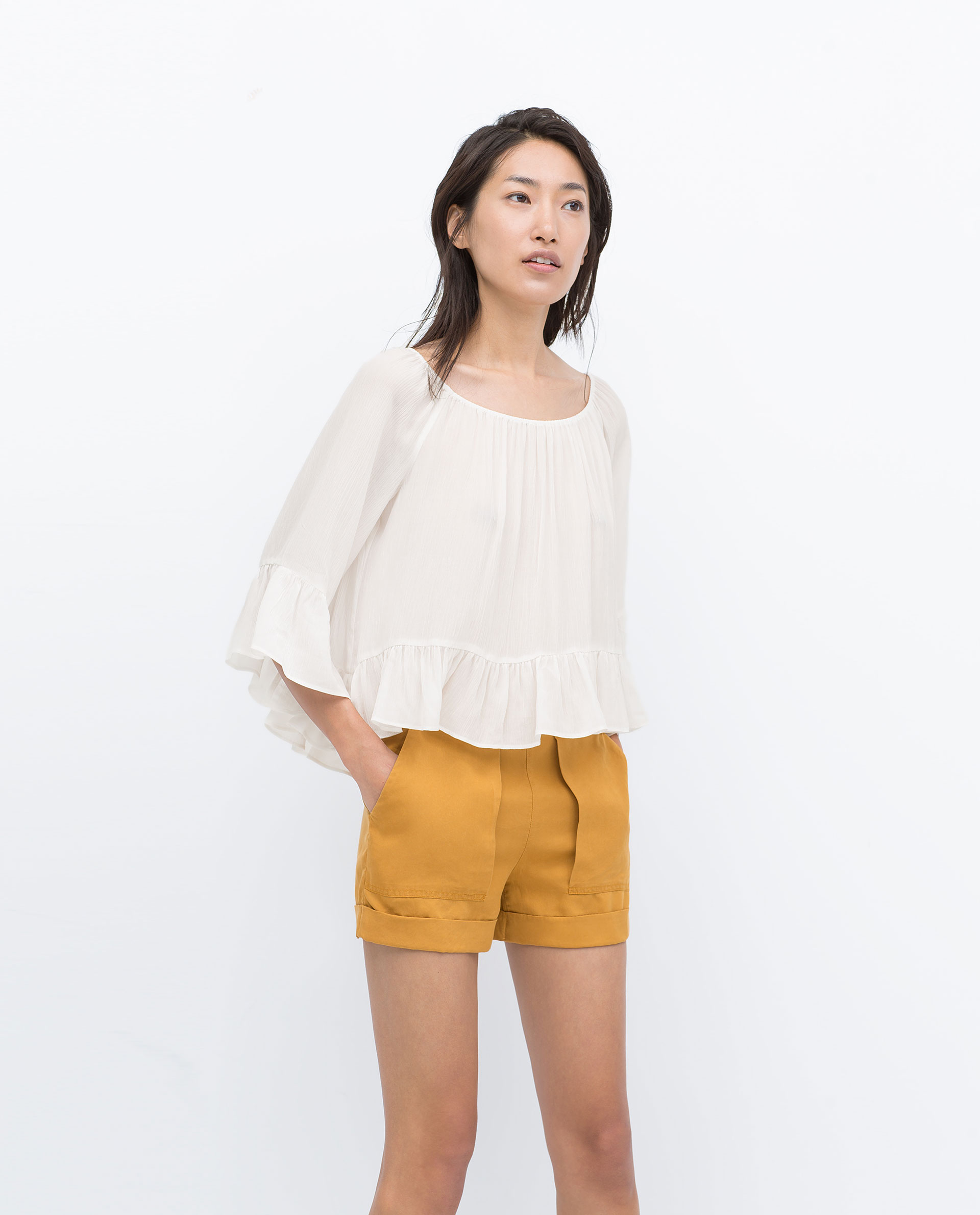 Thanks to the low rates at Vestiaire Collective, you will finally be able to offer yourself this model of Shorts from ZARA without spending your whole budget. Choosing from numerous fabrics and brands, pick one article according to your preferences and get yourself the style of Shorts perfect for you.