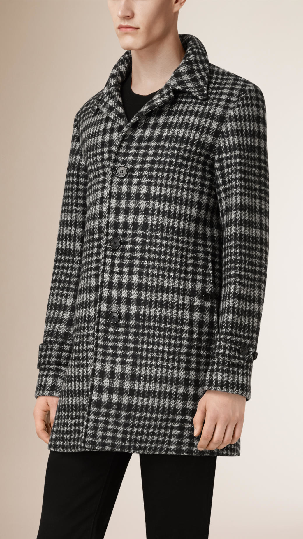 This elegant coat comes in a luxurious Impeccabile wool - a fabric that is crease- and stain-resistant and breathable, guaranteeing an impeccable look from morning to night. The material comes in a sophisticated shade of gray and features a classic Prince.