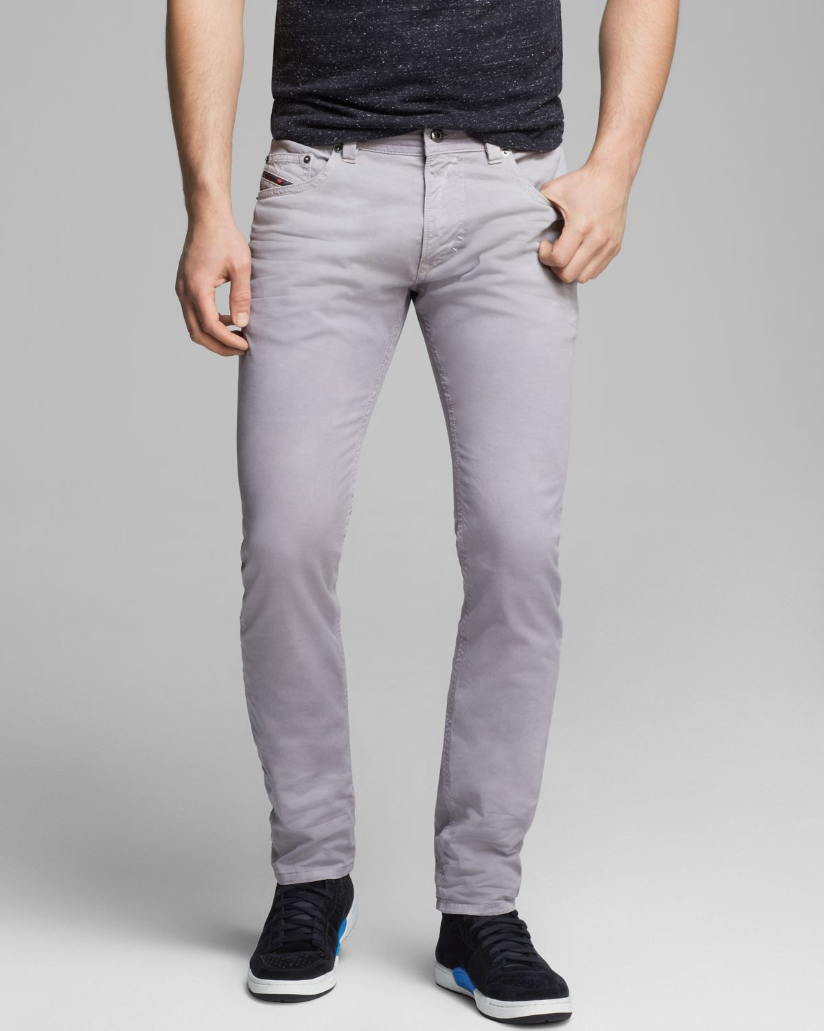 Slim Fit Jeans When you want to create the illusion of a sleek silhouette, try on a pair of slim-fit jeans in your favorite wash for a stylish, contemporary and chic look. Skinny jeans never go out of style and are easy to pair with a variety of loose-fitting tops, shirts and tanks.