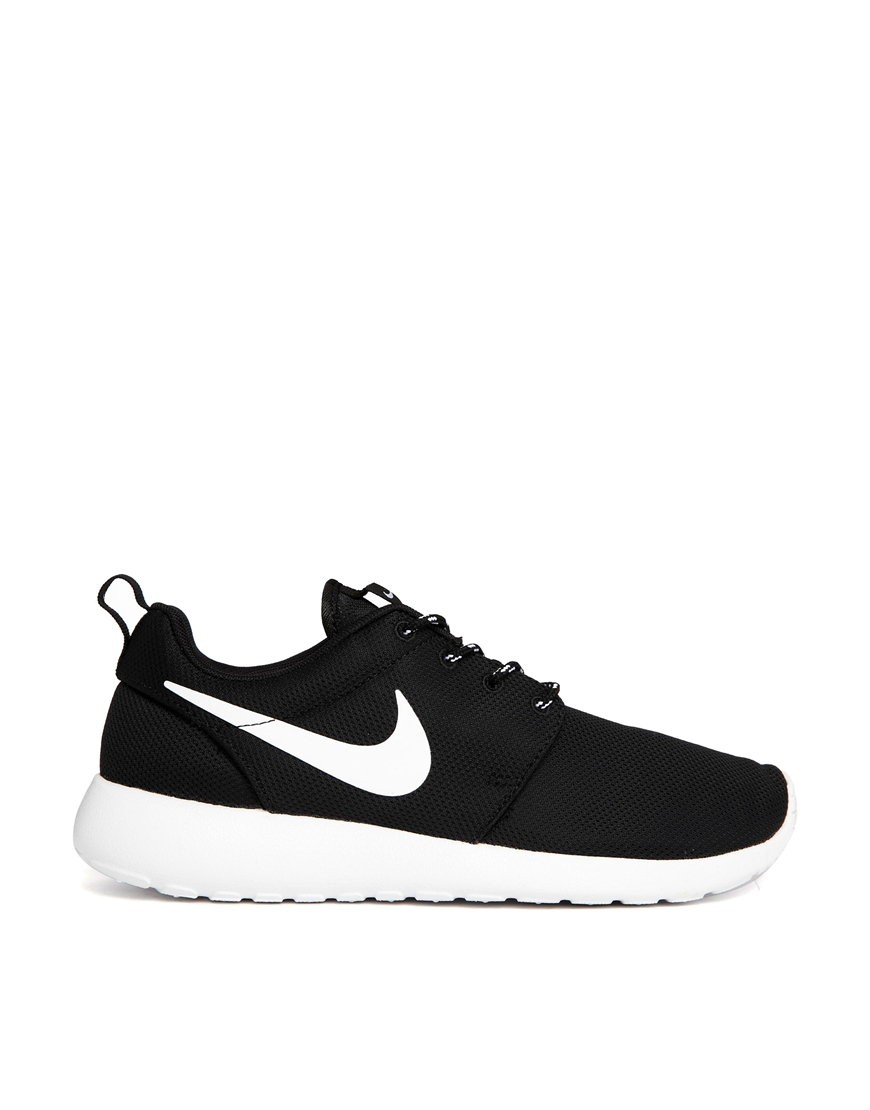 Nike Roshe Run Black Trainers in Black