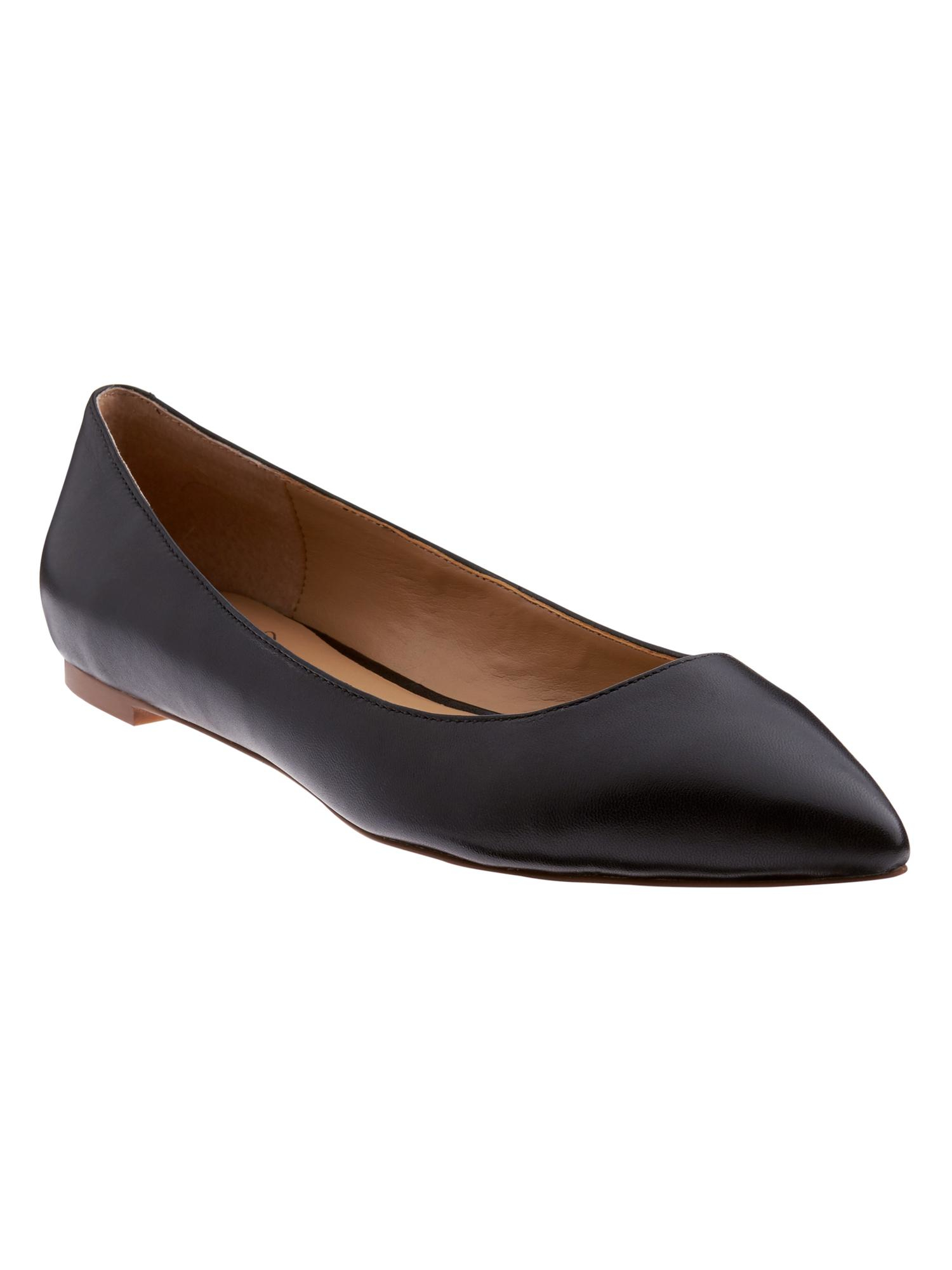 Women's flats in a rainbow of different colors up the ante when it comes to what's #trending. Stock your shoe wardrobe with go-tos from classic black flats to versatile nude flats. Women's flats serve your office and after-hours attire brilliantly.