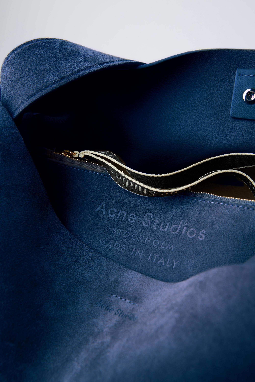 Acne Studios Musubi Maxi S Musubi Maxi in Blau kuxZN