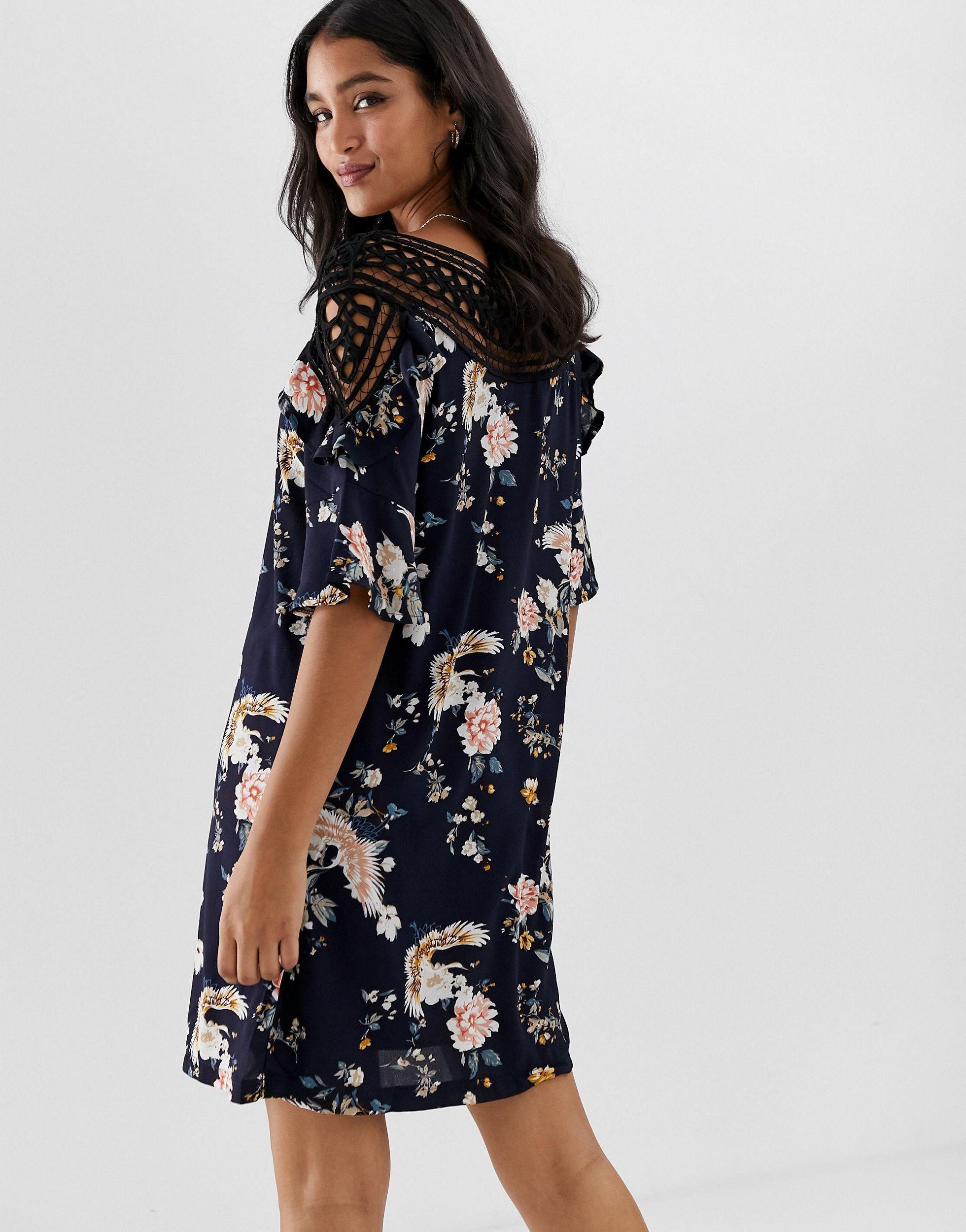 Robe droite courte à fleurs avec empiècement au crochet Synthétique Liquorish en coloris Bleu