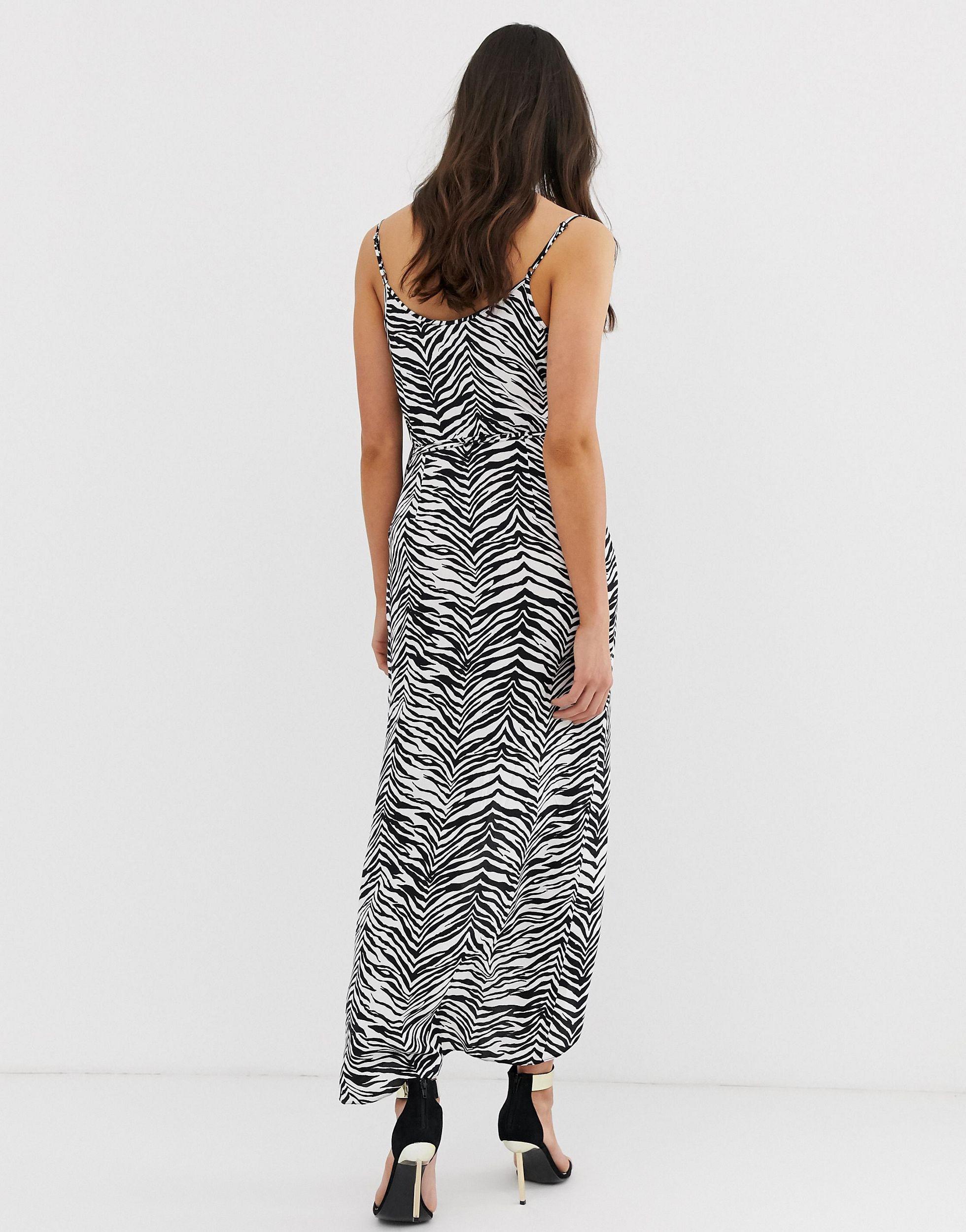 ASOS DESIGN Tall - Robe cache-cœur longue à fines bretelles et imprimé zébré - Noir et blanc en Synthétique ASOS