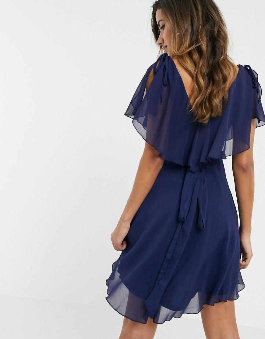 – Minikleid mit Cape, Schulterschnürung und geschlitzten Ärmeln