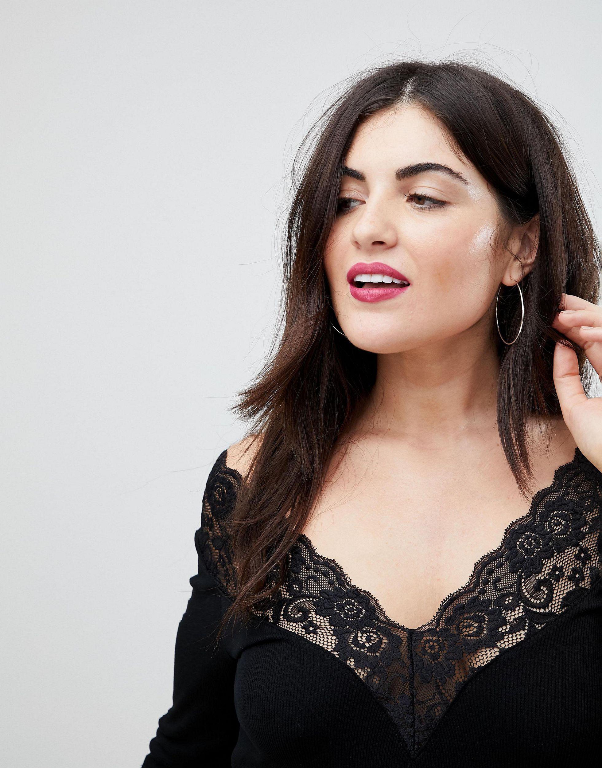 ASOS DESIGN Curve - Top à encolure Bardot avec bordure en dentelle et épaules dénudées Jean ASOS en coloris Noir