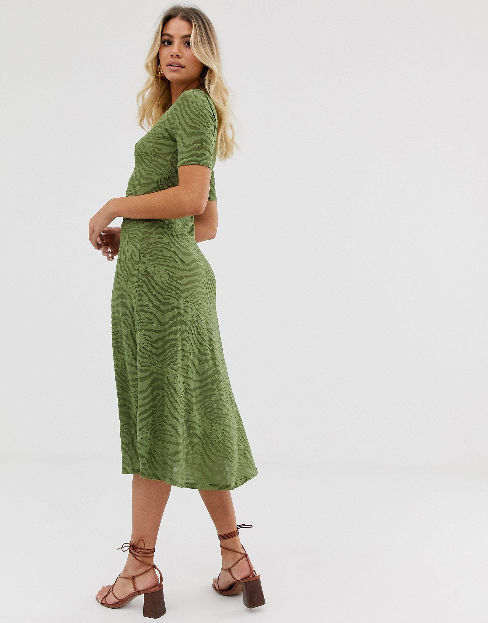 Robe mi-longue à motif zébré dévoré et taille froncée Synthétique ASOS en coloris Vert