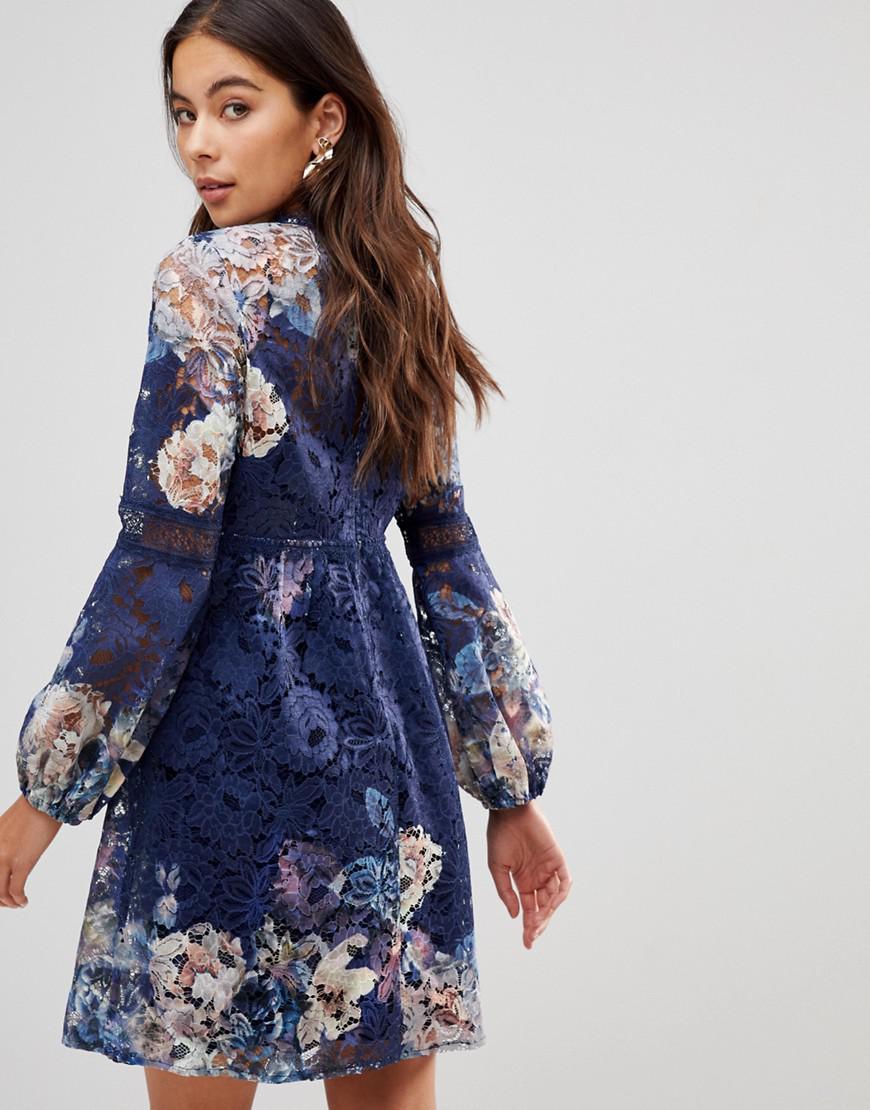 Lyst - Robe babydoll en dentelle avec imprim floral sur l ensemble et  manches cloche Little Mistress en coloris Bleu 2cf6f9b93f1e