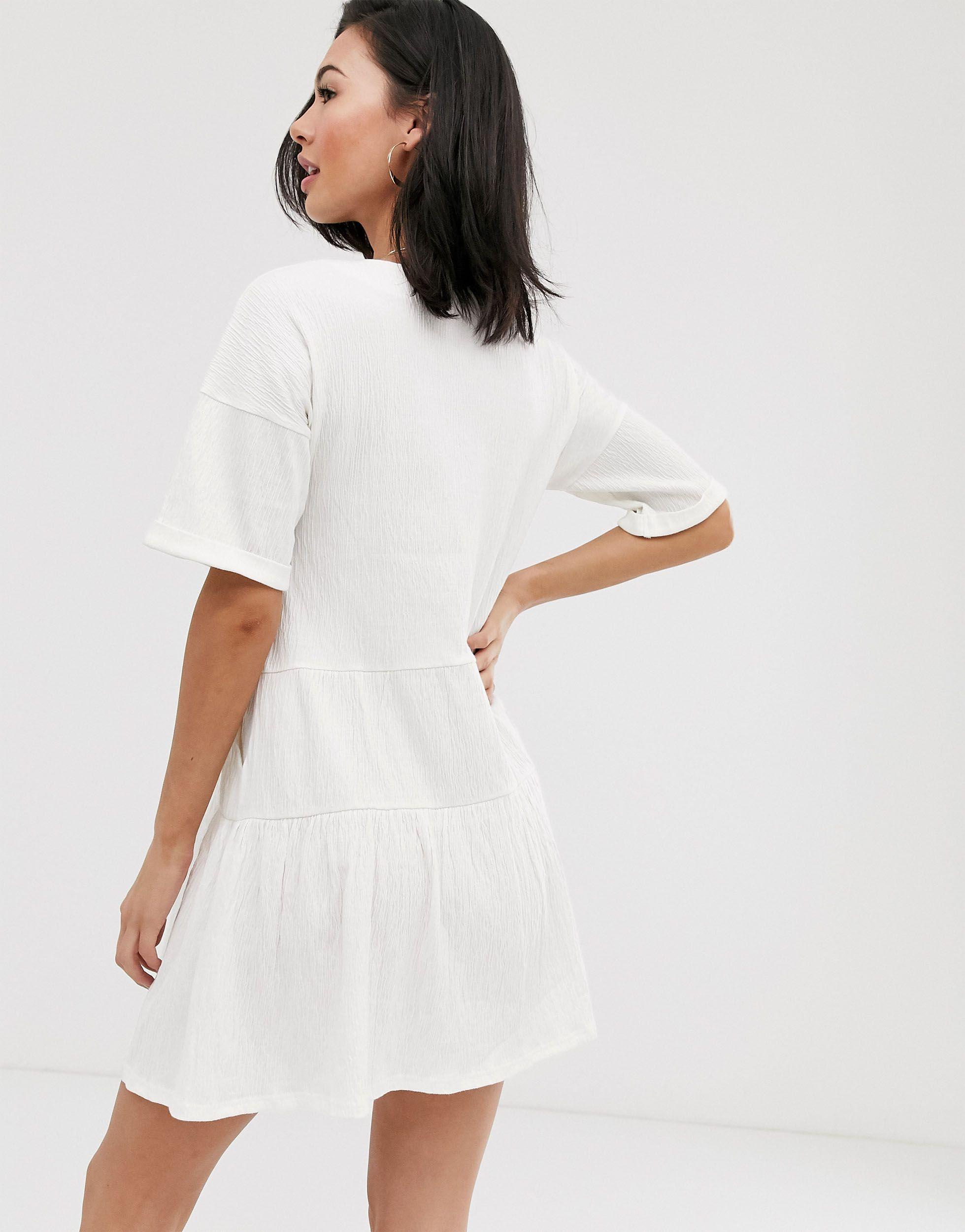 Robe babydoll texturée à boutons avec jupe volantée Coton ASOS en coloris Blanc