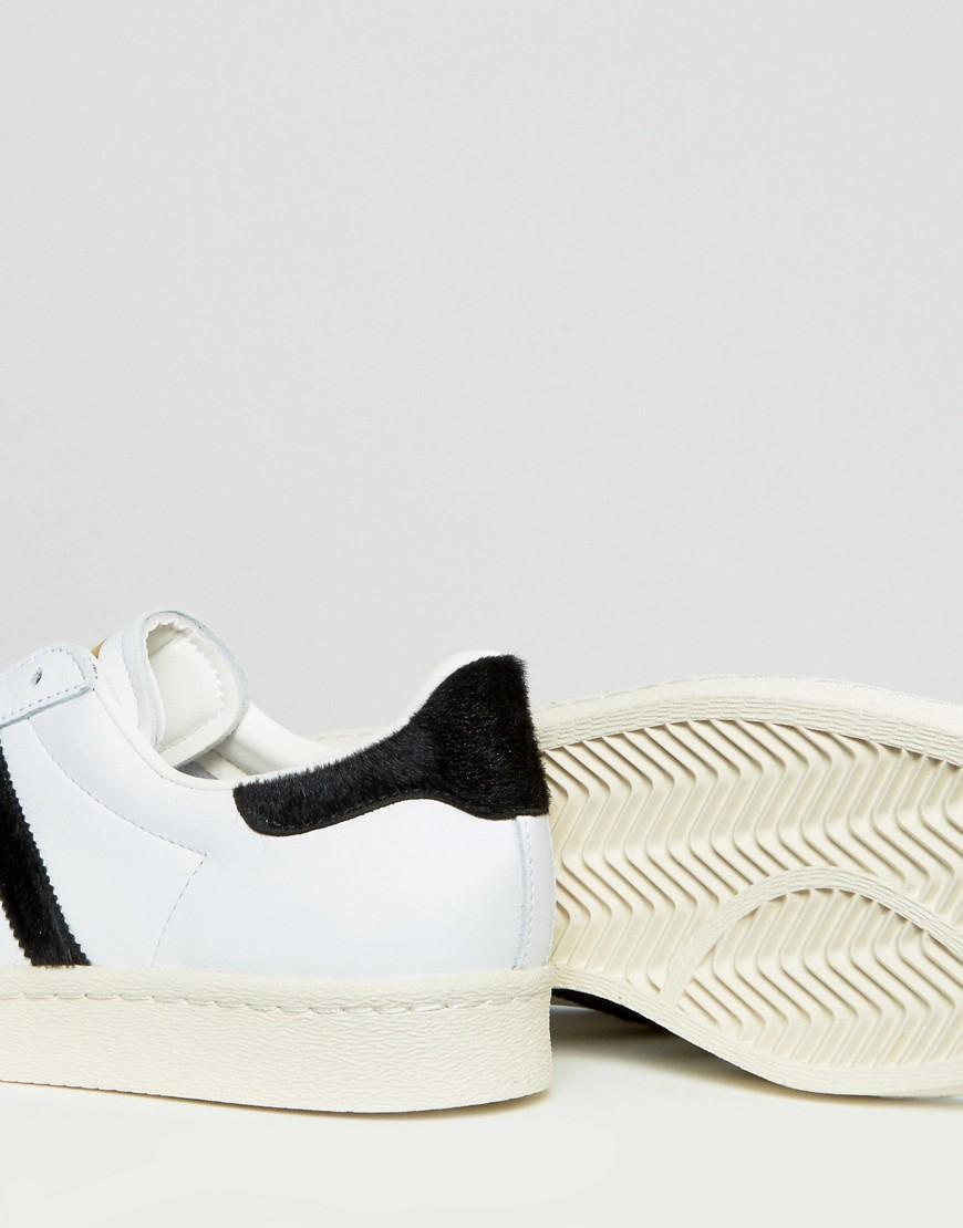 lyst adidas originals superstar 80er ausbilder w / pony haar in weiß