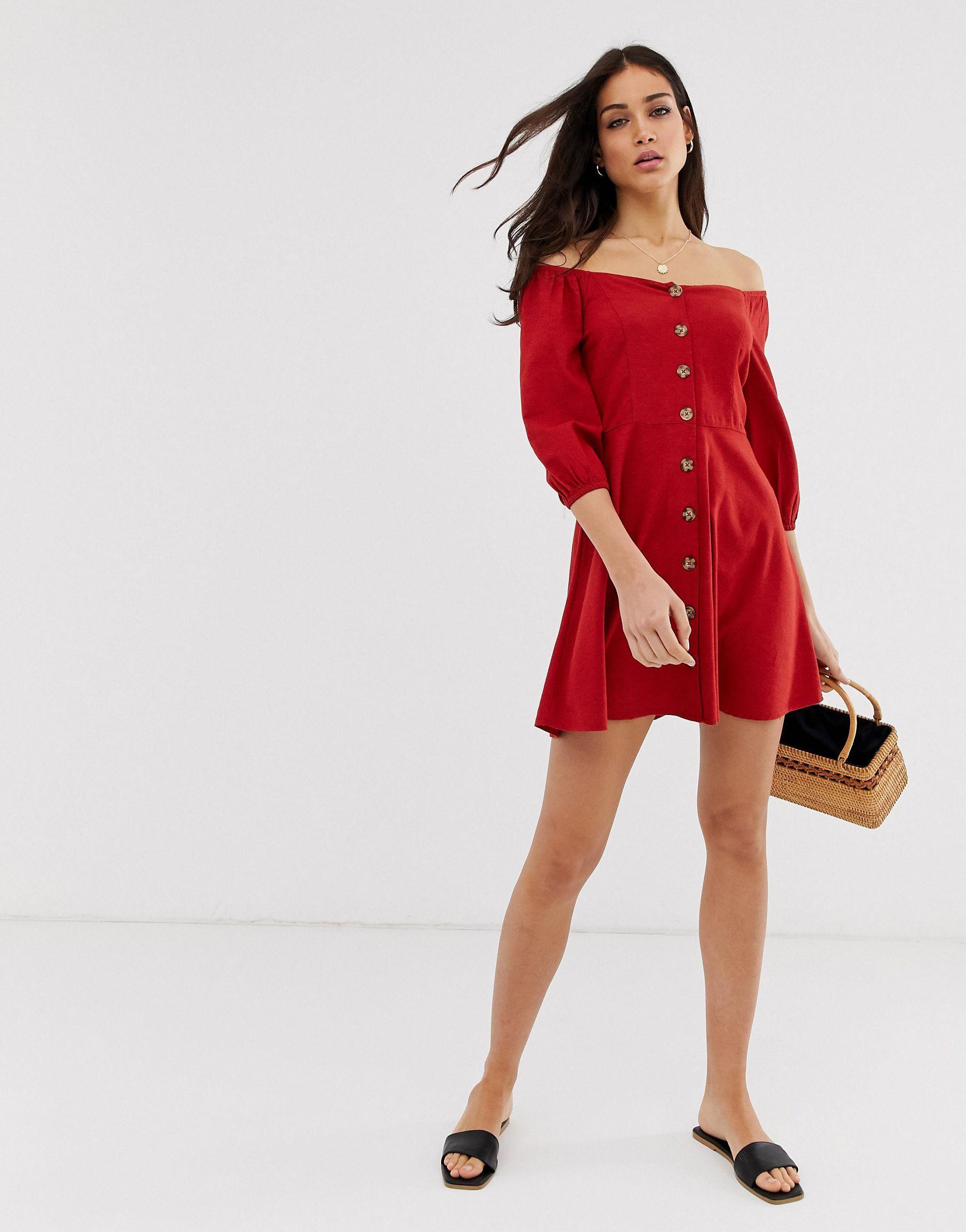 – schulterfreies, rotes kleid mit knopfleiste
