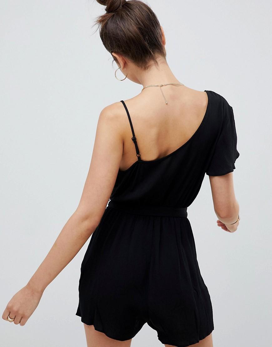 Combishort asymétrique froissé avec bordure en dentelle Jean ASOS en coloris Noir